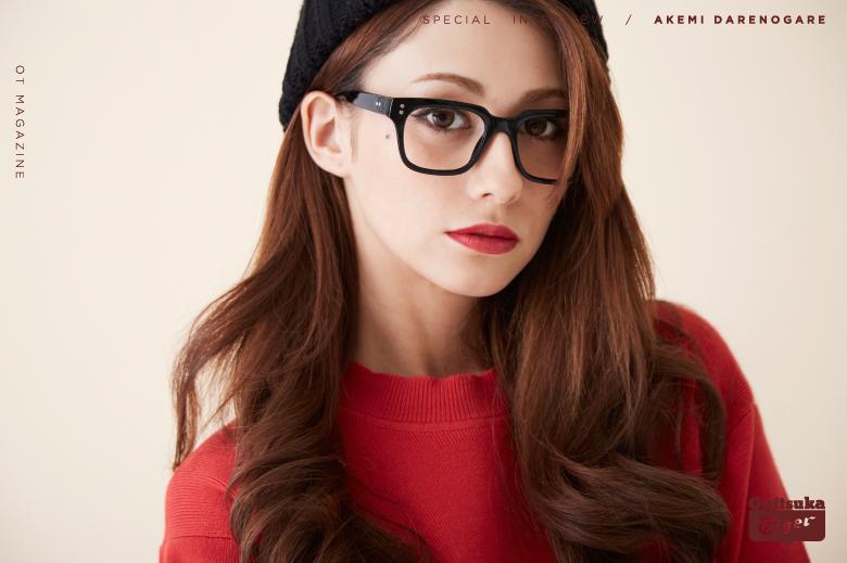 黒ぶちメガネにキリッとメイクのダレノガレ明美