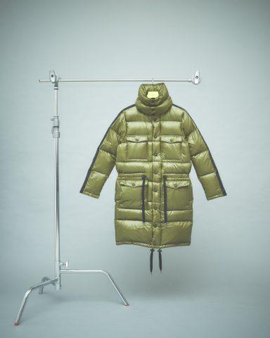 首元から膝下まで、たっぷりのダウンに包まれたロングコートは防寒性・保温性に優れた高機能ウェア,オニツカタイガー