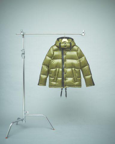 丈の短いダウンジャケットも〈カーキ〉〈ゴールド〉と〈ブラック〉の3タイプ。,オニツカタイガー,オニツカ
